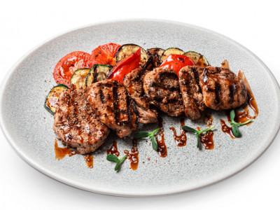 заказать: Основные блюда - Филе свинины с кисло-сладким соусом и овощами на гриле